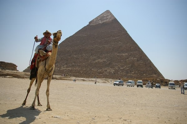 「人の行く裏に道あり花の山」とピラミッドの盗掘者