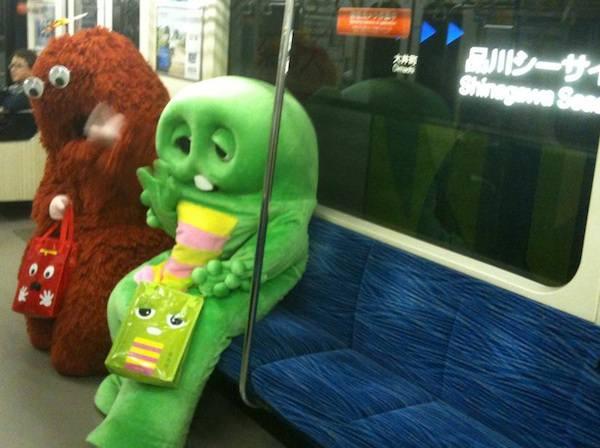 電車で黄昏れるガチャピンとムックの1枚の写真
