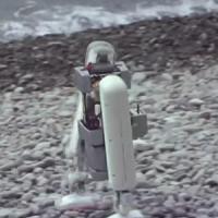 これは凄い!驚くほどスムーズに脚だけで動くロボット。膝や胴体なんて飾りなのでは
